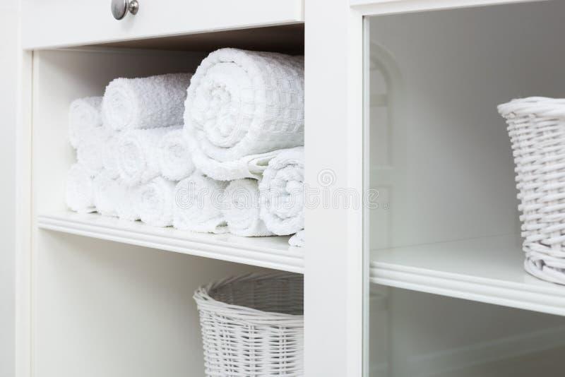 在架子的毛巾 免版税库存图片