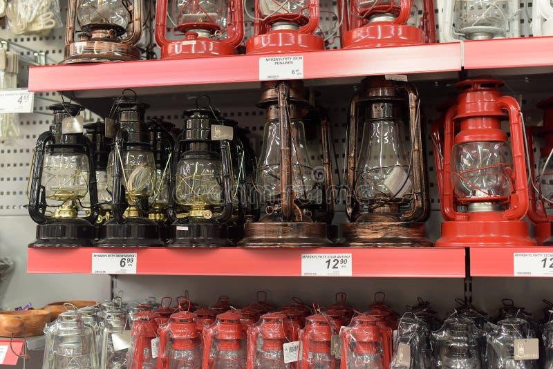在架子的煤油提灯在超级市场 免版税库存图片