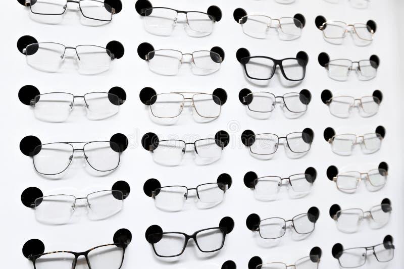 在架子的眼睛玻璃在商店 库存照片