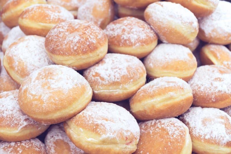 在架子的美丽的油炸圈饼 免版税库存照片