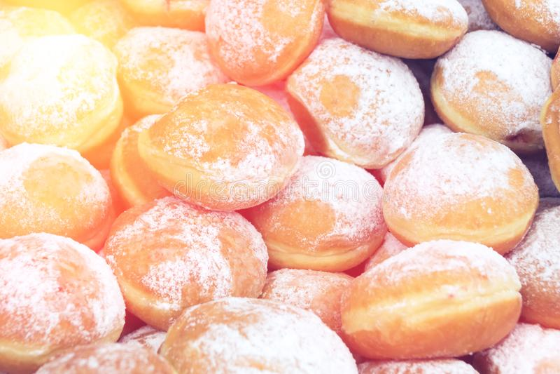 在架子的美丽的油炸圈饼 免版税库存图片