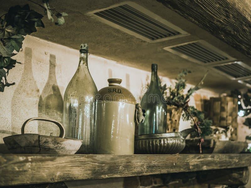 在架子的葡萄酒瓶在老房子里 免版税库存照片