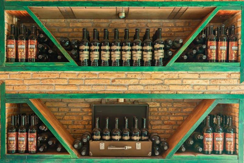 在架子的酒瓶 内部在餐馆 库存照片