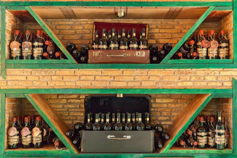 在架子的酒瓶 内部在餐馆 免版税库存图片