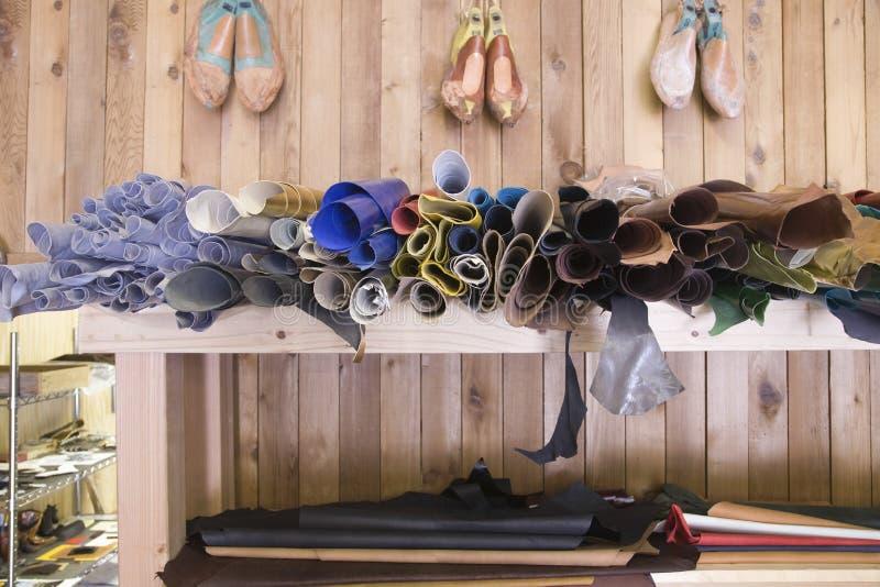 在架子的鞋类材料在鞋匠车间 库存图片