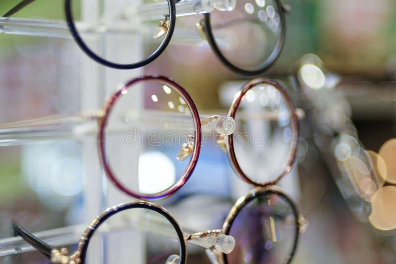 在架子的玻璃在迷离和bokeh 库存照片