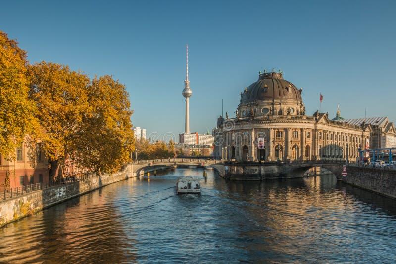 在柏林博物馆岛有小船的和电视塔的河狂欢在背景中 库存图片