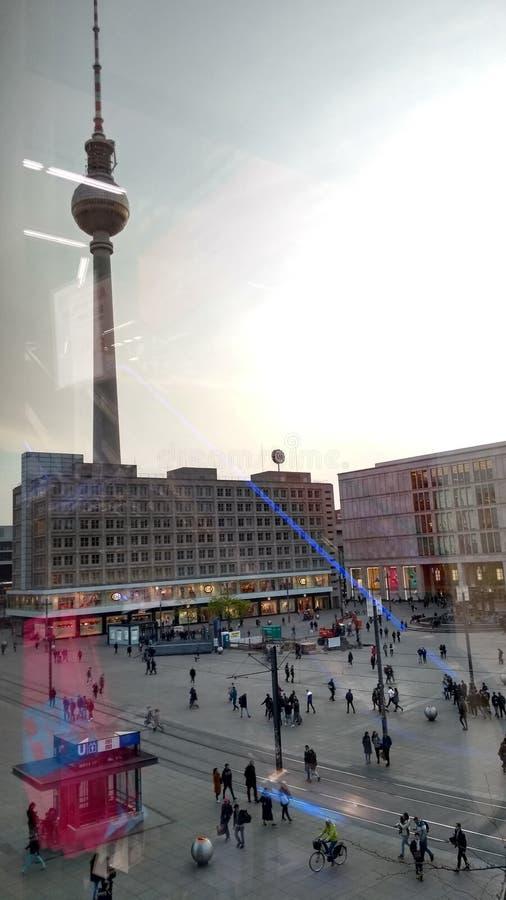 在柏林多雨亚历山大platz土星电子商店风景柏林的电视塔 免版税库存图片