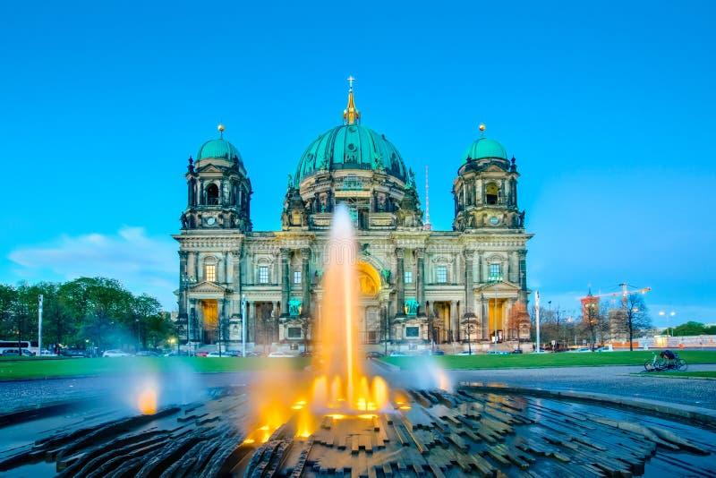 在柏林大教堂的夜或柏林大教堂在柏林市,德语 免版税库存图片