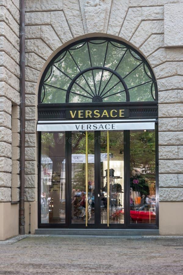 在柏林购物的街道上的凡赛斯精品店  免版税图库摄影