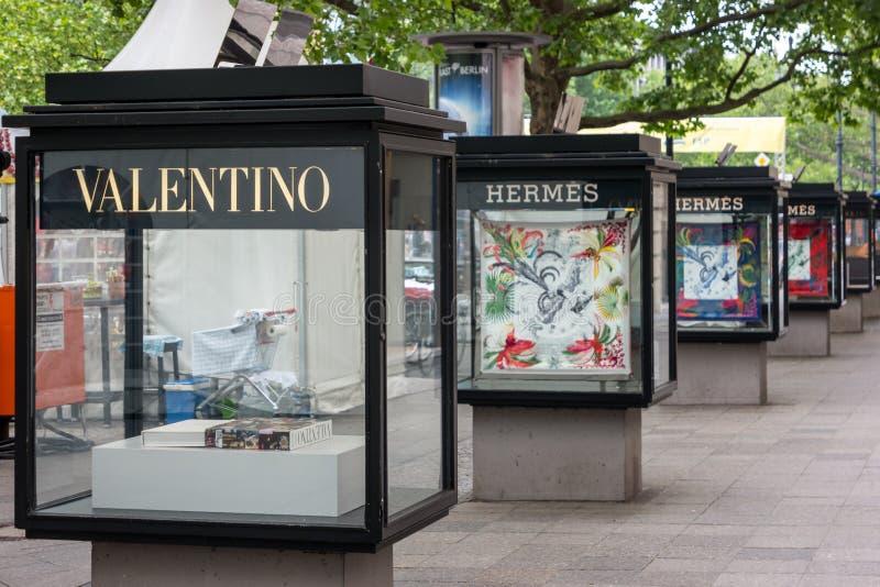 在柏林购物的街道上的户外广告  免版税库存照片