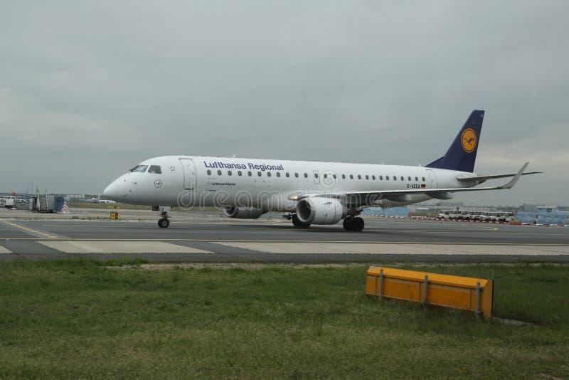 在柏油碎石地面的汉莎航空公司地方飞机在法兰克福机场 库存图片