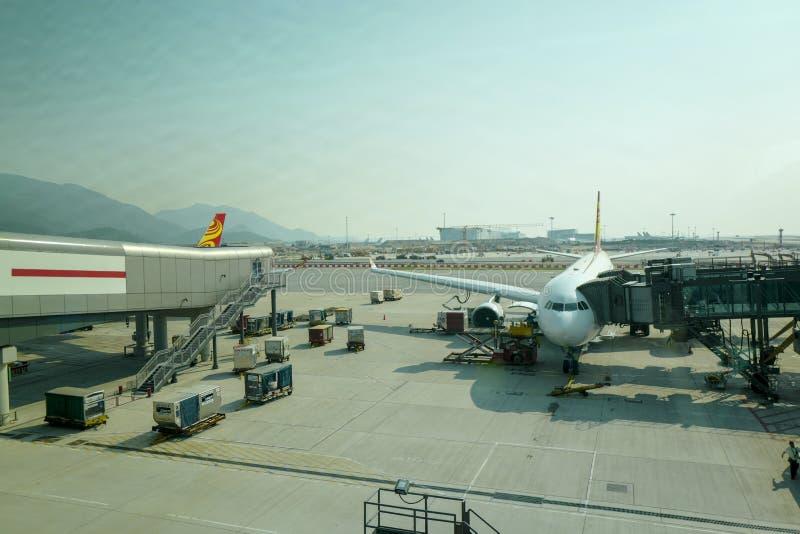 在柏油碎石地面的飞机 香港国际机场是服务香港的商业机场 库存图片