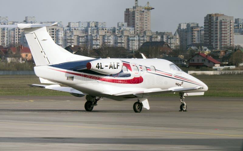 在柏油碎石地面的巴西航空工业公司杰出人材100喷气机在Kyiv国际性组织A 免版税库存图片
