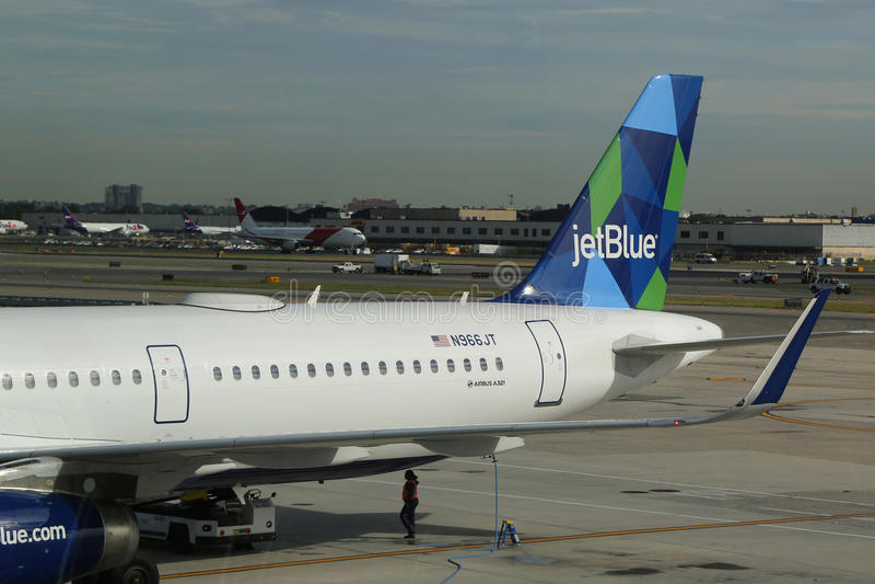 在柏油碎石地面的JetBlue飞机在约翰・肯尼迪国际机场在纽约 库存图片