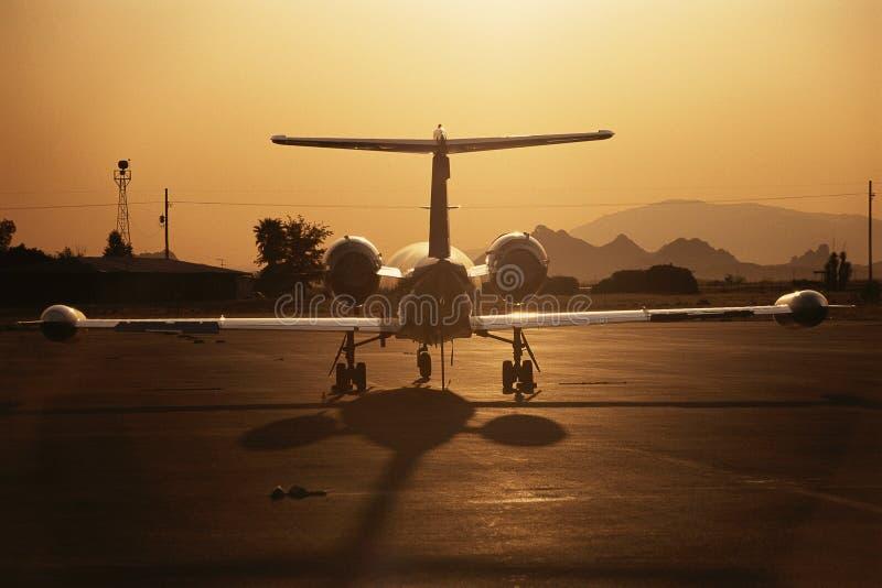 在柏油碎石地面的Lear喷气机 免版税库存图片