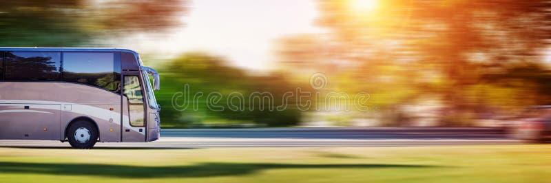 在柏油路的公共汽车在美好的春日 图库摄影