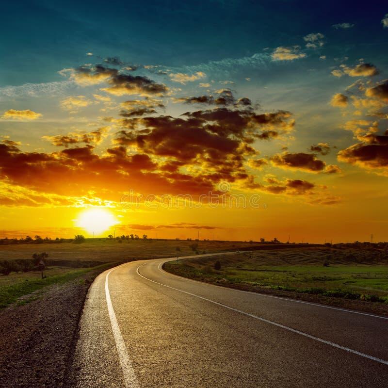 在柏油路的橙色太阳 免版税库存照片
