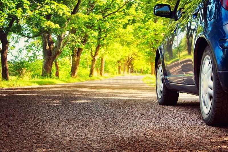 在柏油路的汽车在夏天 免版税库存图片