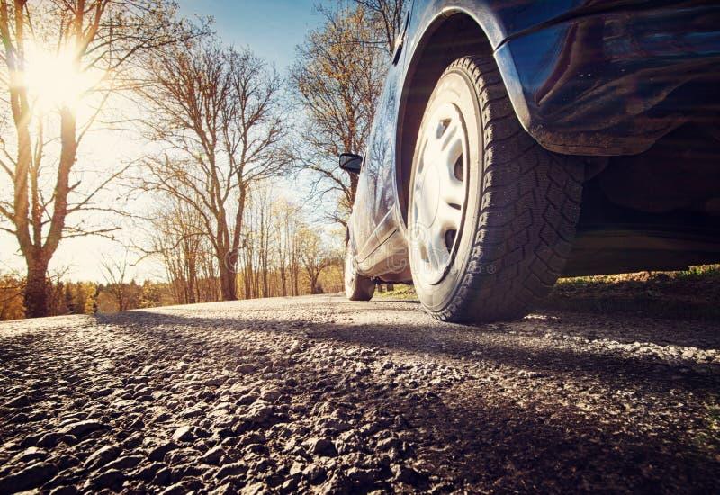 在柏油路的汽车在春天早晨 免版税库存照片