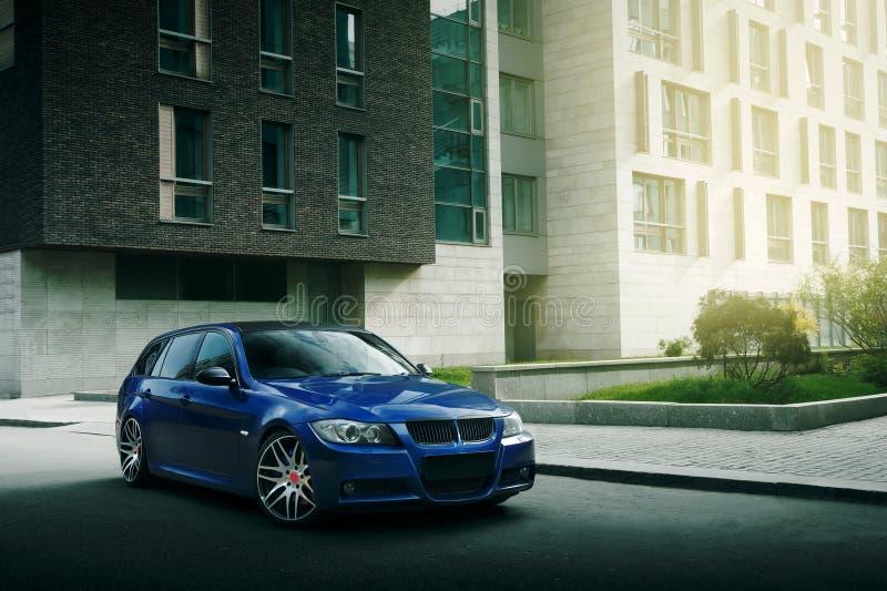 Download 在柏油路的蓝色汽车逗留在城市 库存图片. 图片 包括有 自动, 街道, 速度, 运输, 自动性, 乘驾, 驱动器 - 72370513