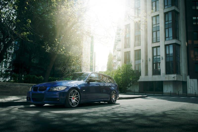 Download 在柏油路的蓝色汽车逗留在城市 库存图片. 图片 包括有 行程, 城市, 街道, 速度, 自动性, 驱动器 - 72370553