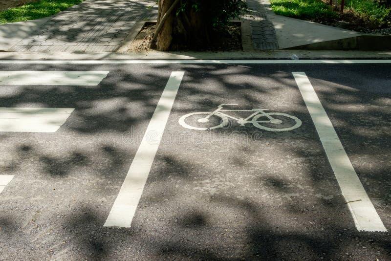 在柏油路路面的自行车道标志 库存照片