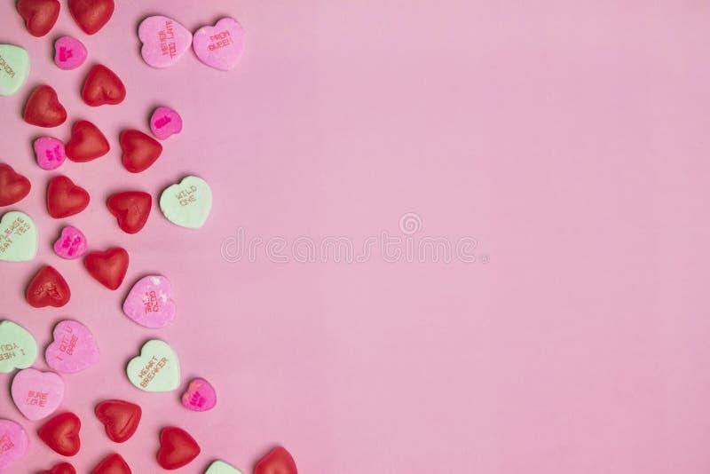 在柔和的淡色彩的桃红色和红色糖果情人节交谈心脏 免版税库存照片