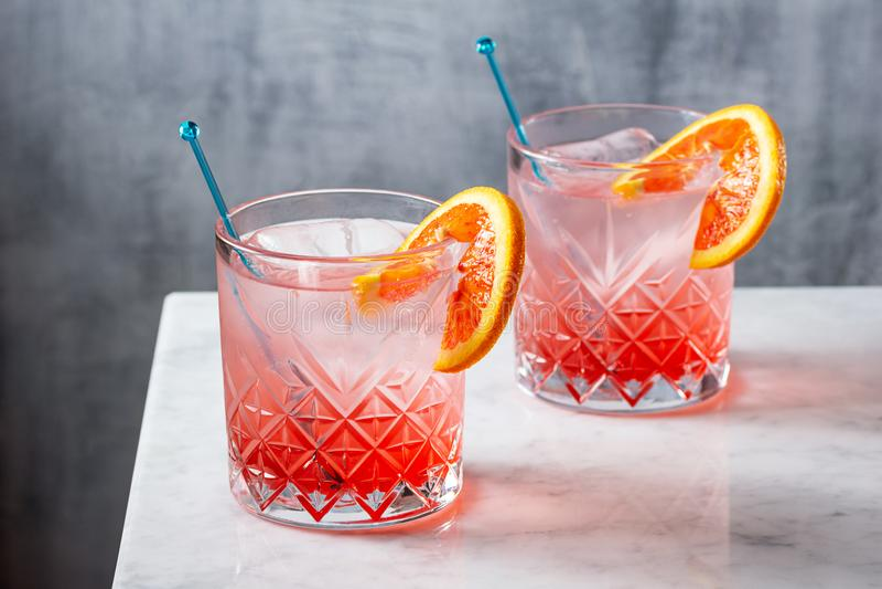 在柜台的两个血橙金汤尼鸡尾酒 免版税库存照片