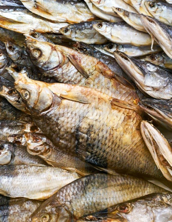 在柜台的熏制的鱼在商店 库存照片