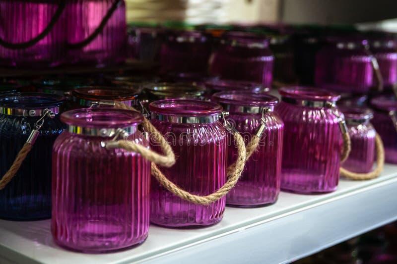 在柜台的葡萄酒空的玻璃瓶子在商店 免版税库存图片