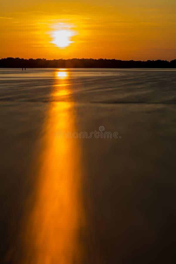 在柠檬海湾的剧烈的日出在佛罗里达 免版税图库摄影