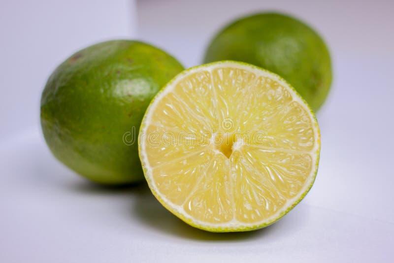 在柠檬路径白色里面的背景剪报 免版税库存图片