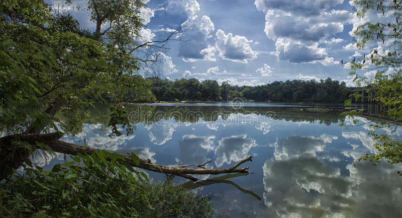 在查塔胡奇河的反射 免版税库存照片