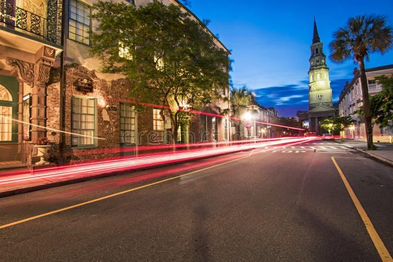 在查尔斯顿历史的区小街上的长的曝光光足迹  免版税库存图片