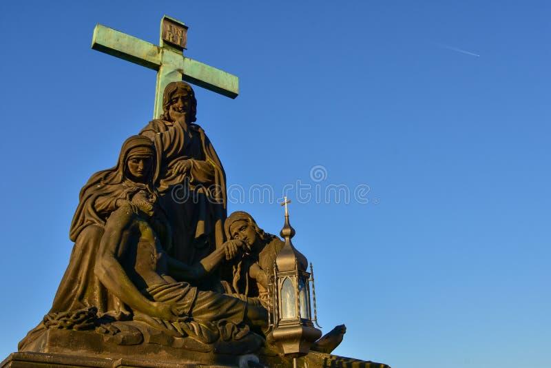 在查理大桥的圣母怜子图在布拉格 库存图片