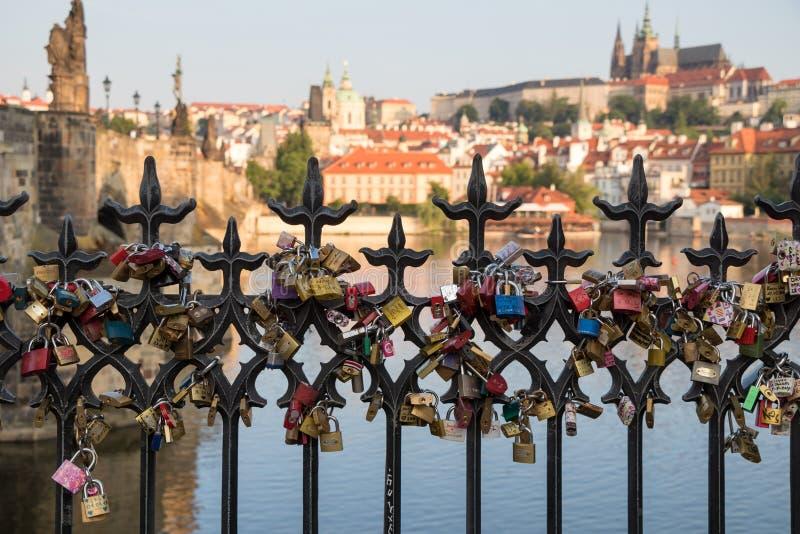 在查理大桥附近爱在栏杆的锁在布拉格 免版税库存图片