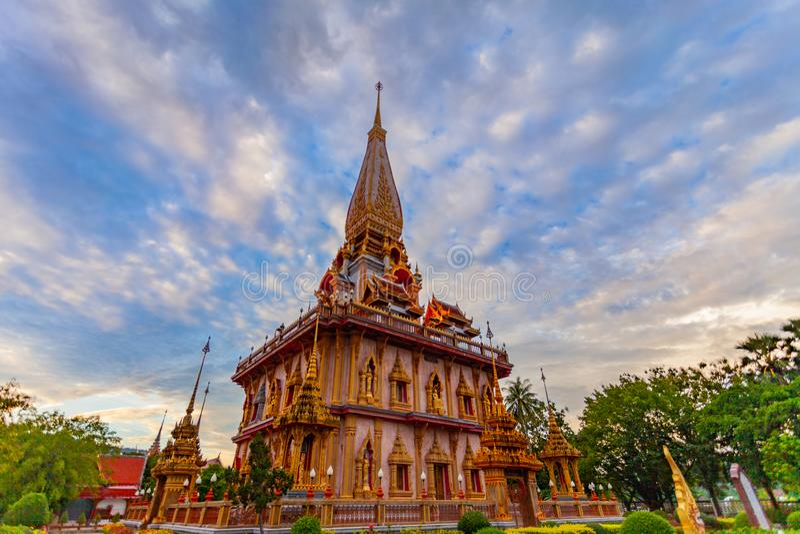 在查龙寺庙塔的日落  Wat查龙是最大和最尊敬在普吉岛 库存照片