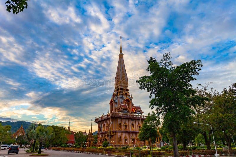 在查龙寺庙塔的日落  Wat查龙是最大和最尊敬在普吉岛 免版税库存照片