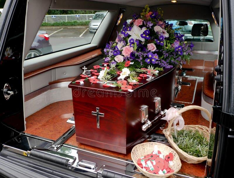 在柩车的一个五颜六色的在葬礼前的小箱或教会 免版税图库摄影
