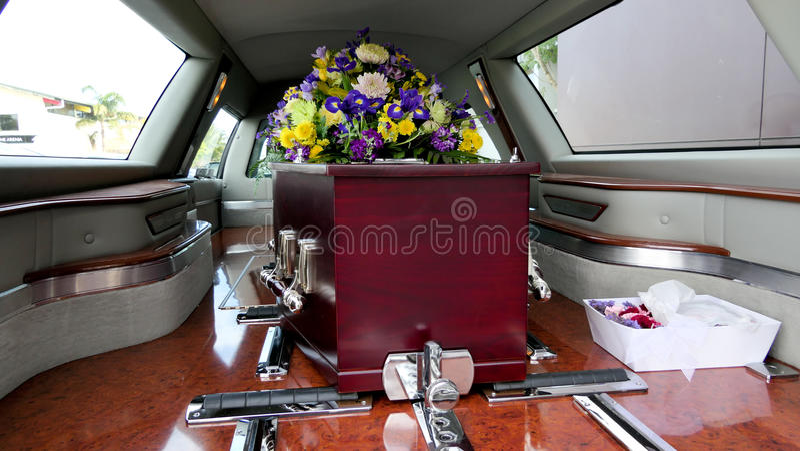 在柩车的一个五颜六色的在葬礼前的小箱或教会 库存照片