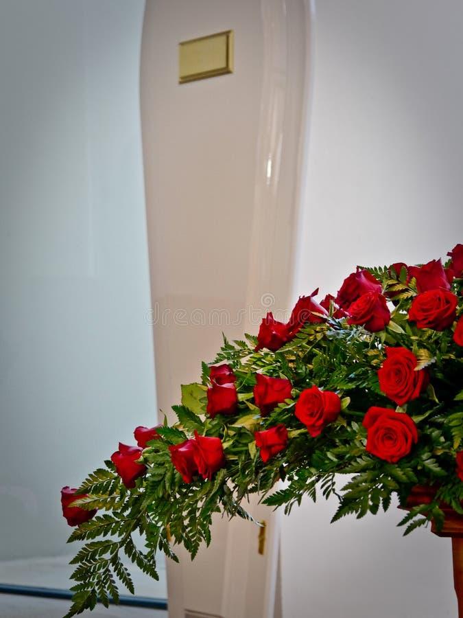 在柩车的一个五颜六色的在葬礼前的小箱或教会 免版税库存照片