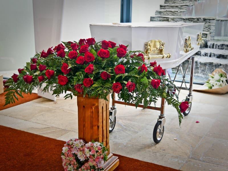 在柩车的一个五颜六色的在葬礼前的小箱或教会 免版税库存图片