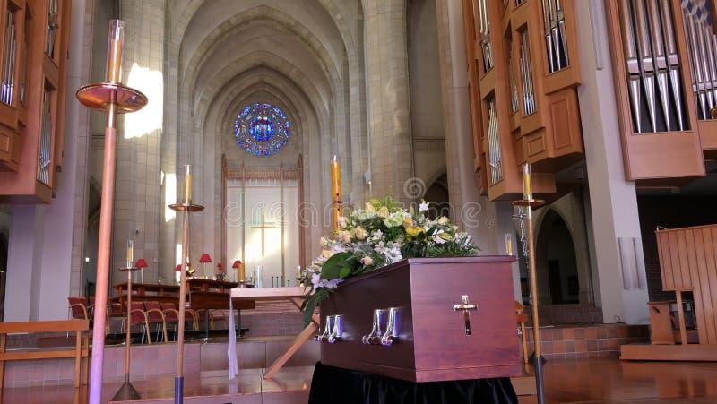 在柩车的一个五颜六色的在葬礼或埋葬前的小箱或教堂在公墓 免版税库存照片