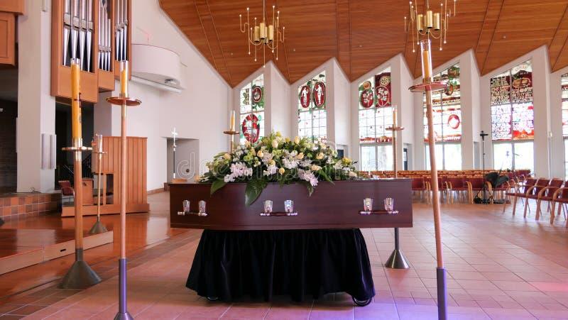 在柩车的一个五颜六色的在葬礼或埋葬前的小箱或教堂在公墓 免版税库存图片
