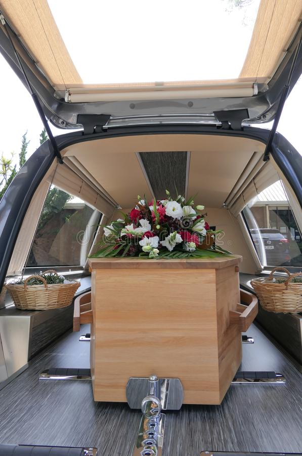 在柩车的五颜六色的在葬礼或埋葬前的小箱或教堂在公墓 免版税图库摄影
