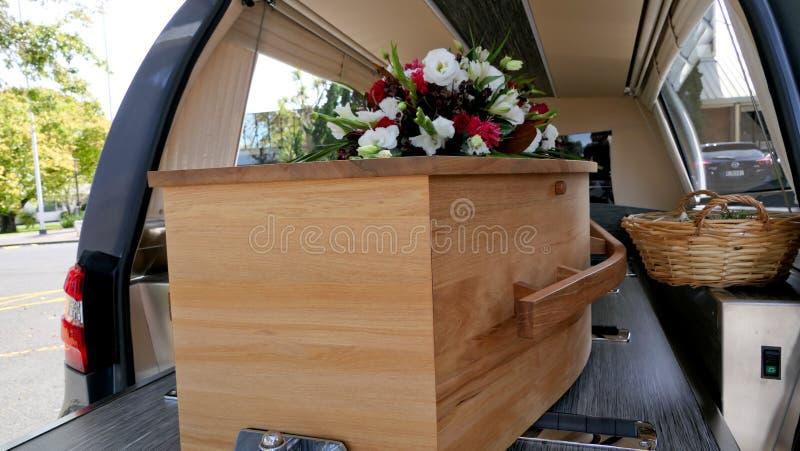 在柩车的五颜六色的在葬礼或埋葬前的小箱或教堂在公墓 库存图片