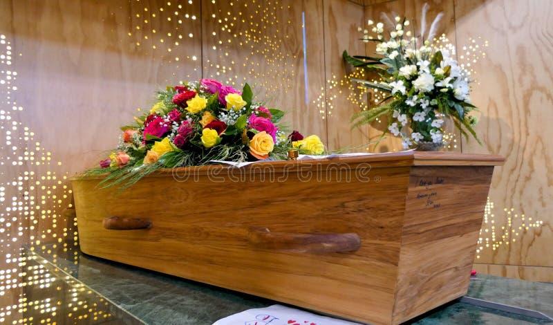 在柩车的五颜六色的在葬礼或埋葬前的小箱或教堂在公墓 免版税库存照片