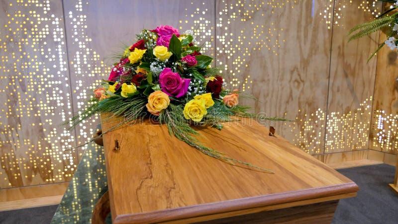 在柩车的五颜六色的在葬礼或埋葬前的小箱或教堂在公墓 免版税库存图片