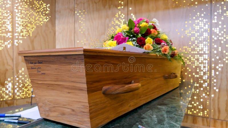 在柩车的五颜六色的在葬礼或埋葬前的小箱或教堂在公墓 库存照片